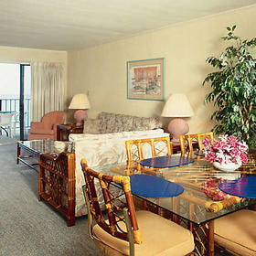 Shoreline Towers Living and Dining Area