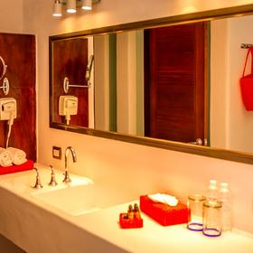 Le Reve Hotel & Spa — Bathroom
