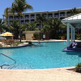 Alexandra Resort and Spa — Pool with swim-up bar