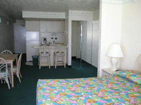 The Americano Beach Resort - Tomoka Bedroom & Kitchen